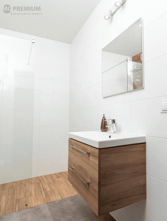 biale plytki w łazience